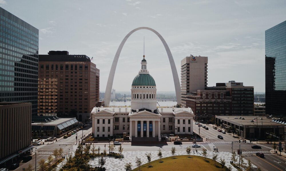 St. Louis Arch over the St. Louis Old Courthouse